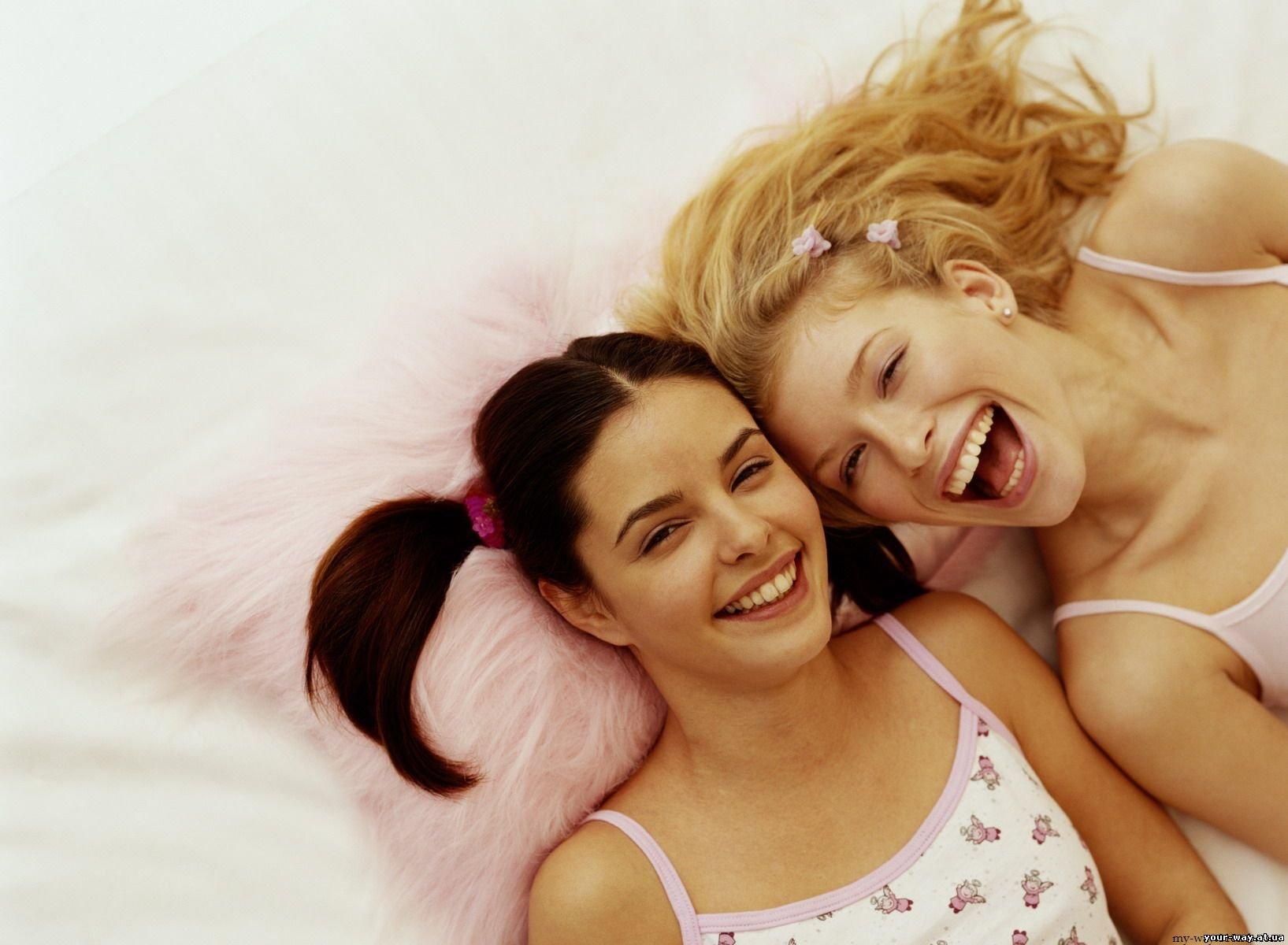 Статусы на фото две девушки